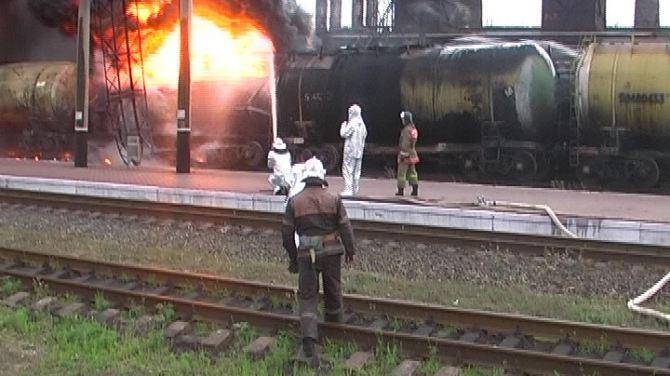 На ж/д станции в Алчевске сгорели 4 цистерны с бензолом +