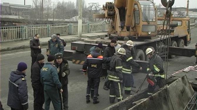 На обрушившемся путепроводе в Луганске ведутся аварийные работы +