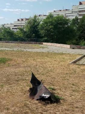 В Луганске мощный взрыв в «Китайской стене». Горит крыша жилого дома. Возможно есть жертвы. ФОТО