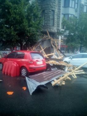 Последствия сильного урагана в Харькове — сорванные крыши, поваленные столбы