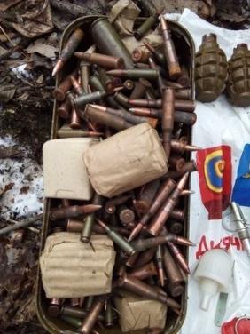 У села Желтое у дороги «Луганск-Лисичанск» обнаружен тайник боеприпасов и взрывчатки. ФОТО