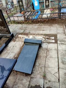В Луганске вандалы разгромили надгробья на кладбище у квартала Южный. ФОТО